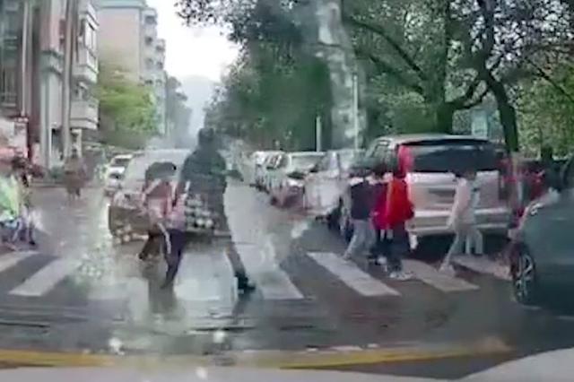 广州一男子驾车强穿学生队伍过斑马线、谩骂老师被行拘5日