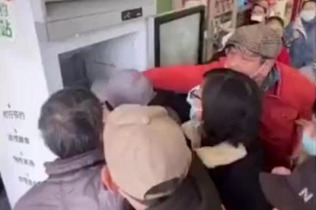 """上海肯德基食物银行疑遭哄抢 肯德基:将改为""""专人派发"""""""