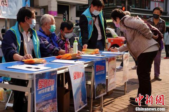 香港市民街头签名支持完善特区选举制度