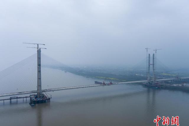 世界跨度最大钢混结合梁斜拉桥合龙