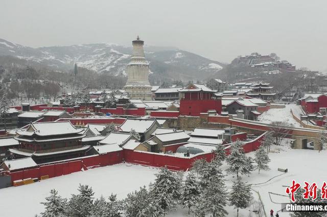 红墙灰瓦映白雪 圣境五台山美如画