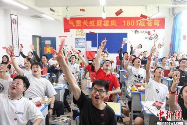 """记者探访南京高考考点:2秒""""刷脸""""认证进考场"""