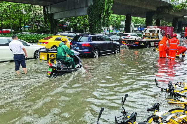 南京多地受暴雨影响积水严重 多部门联动排涝除险