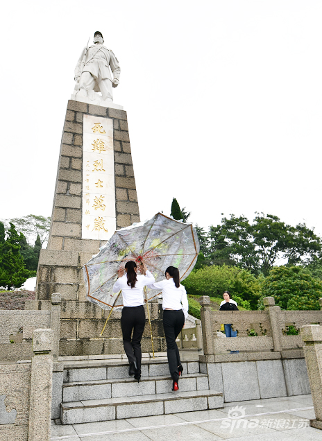 学生代表向纪念碑敬献花圈