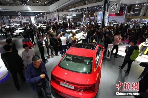 2018青岛国际车展上,观众在欣赏汽车