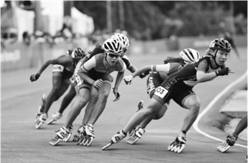 雅加达亚运会将于今晚闭幕。昨日,中国代表团宣布,轮滑运动员郭丹(上图,右一)将任中国代表团旗手,和开幕式旗手赵帅一样,郭丹同样来自江苏。