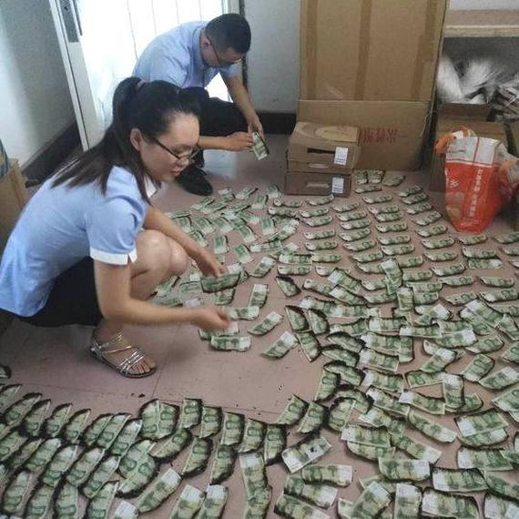 家中起火2000张现金被烧 信用社拼回1375张