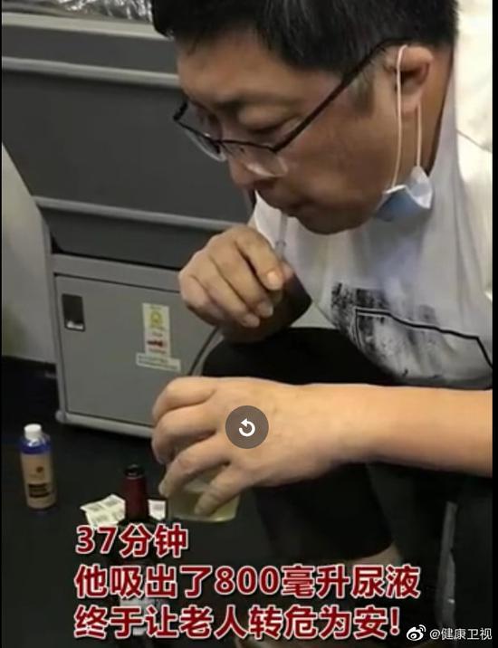 万米高空急救 医生含导管帮病人吸尿800毫升