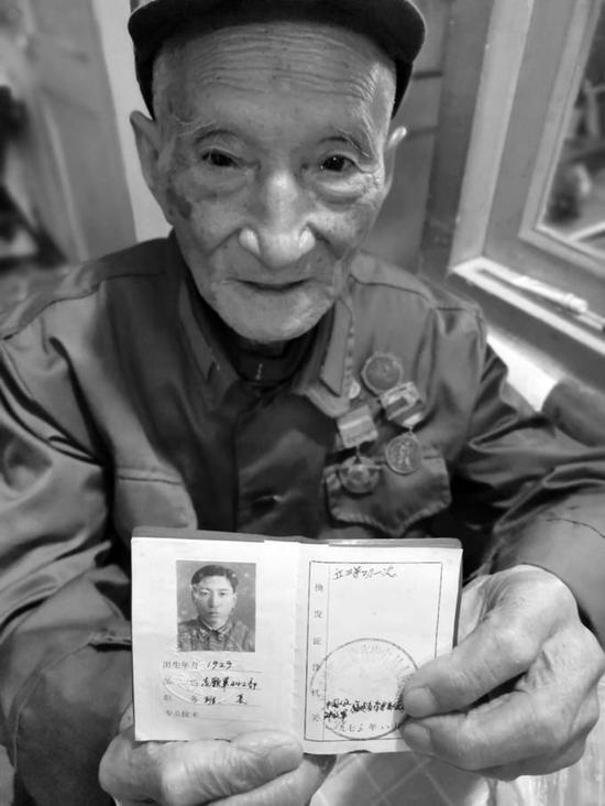 老兵徐长根和他的立功证书