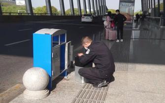 常州女子机场弄丢钻戒 民警翻垃圾箱找回