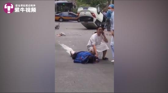潘磊医生蹲在地上救助伤者