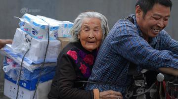成都一货郎驮着92岁老母讨生活