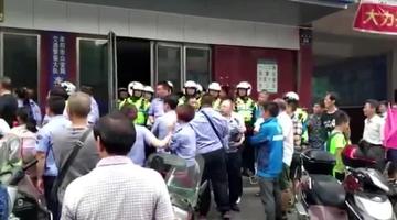 交警与执法人员持盾牌大吼对峙