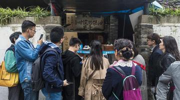 28年糖油果子店关门 最后一天顾客排长龙