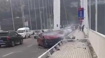 重慶一大巴車沖入長江