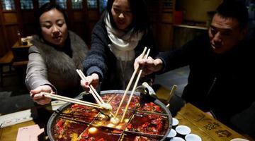 元宵节新CP!重庆人用麻?#34987;?#38149;煮汤圆