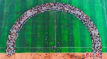 2300多师生挤进一张超级毕业照