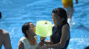 重庆民众吃巨型冰糕享清凉