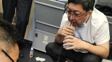 飞机上医生用嘴导尿救乘客