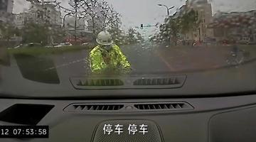 江苏男子驾车顶撞民警