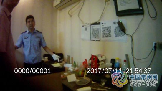 去年7月11日,武进警方捣毁赌博窝点 (警方供图)