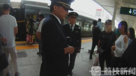 (乘警将双方带下火车)