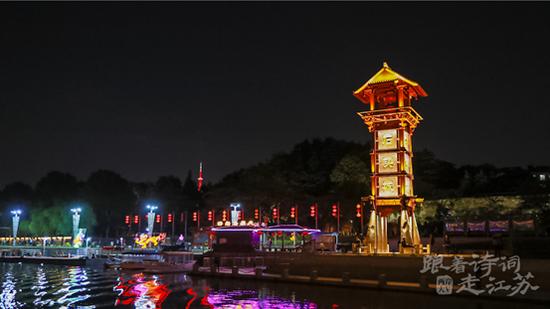 泛舟桨声灯影里的秦淮河
