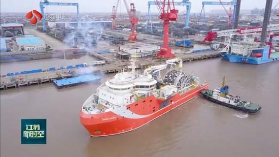 江苏启东:全球首艘深海原油转驳船正式投入运营