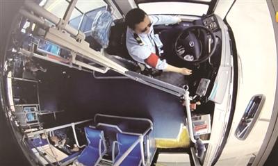 车内监控拍下当时一幕。公交公司供图