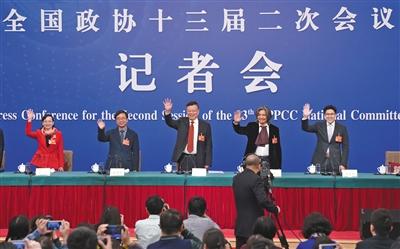 昨日,全国政协记者会上,赖明(右三)、吴为山(右二)、潘建伟(左二)、霍启刚(右一)、石红(左一)等委员答记者问。 新京报记者 陶冉 摄