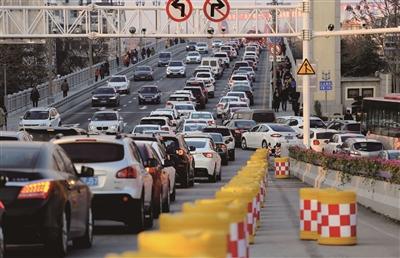 2019年1月1日,长江大桥上,过江到江北的桥面上全是车辆。新华报业视觉中心记者 宋宁 摄