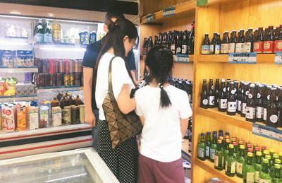 在北京一家进口食品折扣店里,消费者正在选购商品。卫琳聪摄