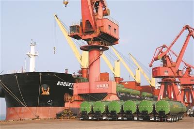 前三季度,连云港港累计完成货物吞吐量18316.94万吨,同比增长3.45%。图为远洋运输轮在装载油罐车。 王 春摄