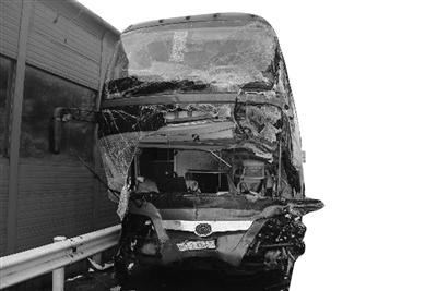 被撞的大客车