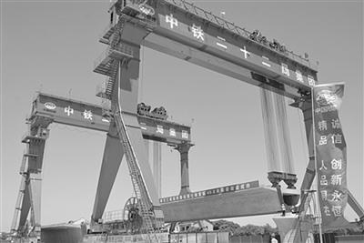 南沿江城际铁路架设首榀千吨箱梁。