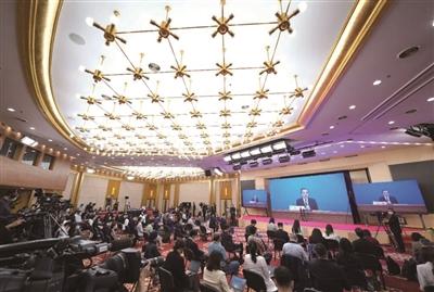 记者们在梅地亚中心多功能厅采访。新华社记者 邢广利 摄
