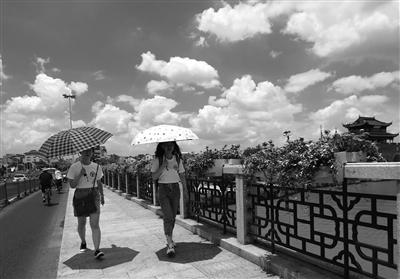 """18日,苏州结束梅雨期,受台风""""丹娜丝""""外围影响,天空出现朵朵""""棉花云""""。 王建中 摄 视觉江苏网供图"""