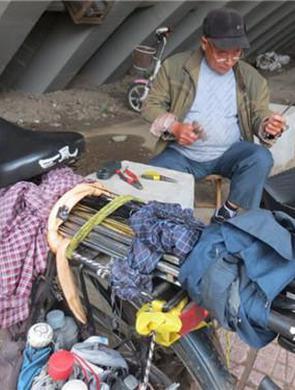 南京老人修伞50年 走遍半中国