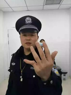 女子暴力抗法 将民警手指掰折成45度