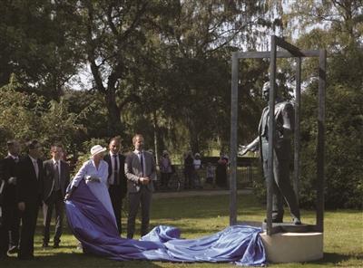 8月31日,在丹麦奥胡斯市,丹麦女王玛格丽特二世(右三)为雕像揭幕。 新华社