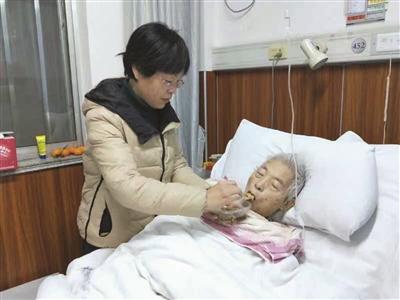 赵晓勤无微不至地照顾老父亲,图为她在给老父亲喂饭。 受访者供图