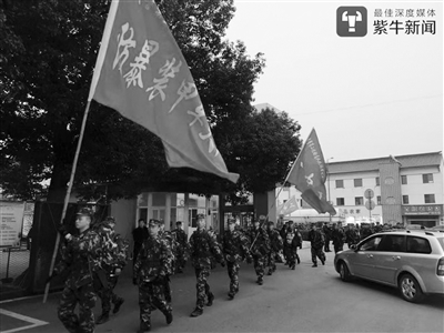 武警驻锡某部机动第二支队的官兵野外拉练。