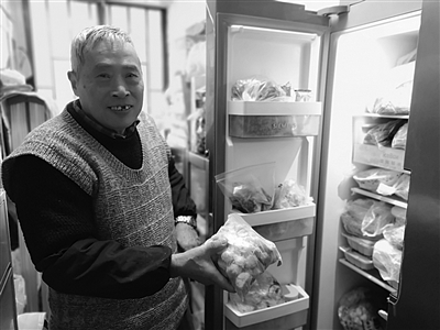 老两口准备的美食装了满满一冰箱。