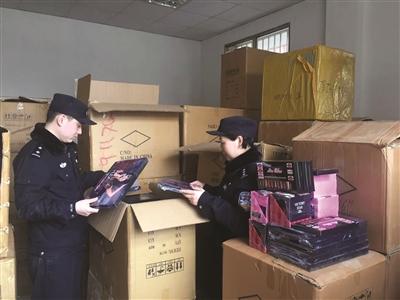 警方在制假工厂进行调查。