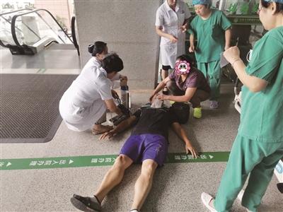 老人心梗倒地。医院供图