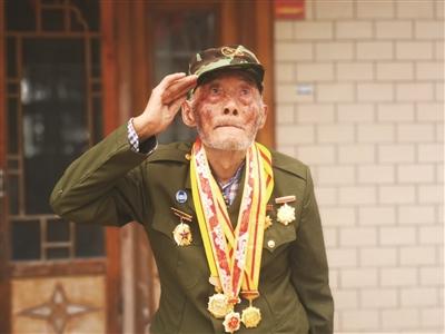 升国旗后,王瑞庭向国旗敬礼。郭小川 摄