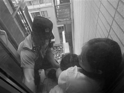 10楼外镇江母亲死死拉住轻生女儿 民警翻窗救人