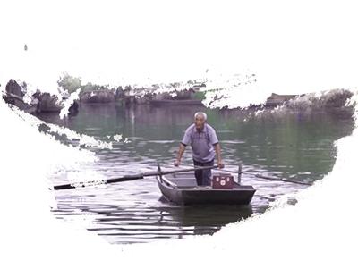 谭庆云摇着小船出诊归来。