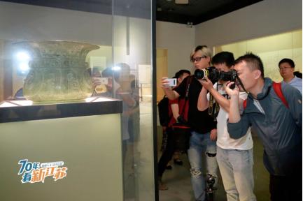 镇江博物馆馆藏的国宝级文物:西周青铜凤纹尊