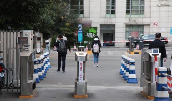 2018年10月11日,江苏省南京市,南京大学鼓楼校区北园教学区西门已经安装了门禁系统。东方IC 资料图